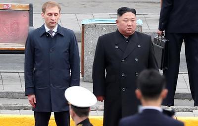 Además, la comitiva de recibimiento estaba integrada por el embajador ruso en Corea del Norte, Alexandr Matségora, y el gobernador de Primorie, Oleg Kozhemiako.