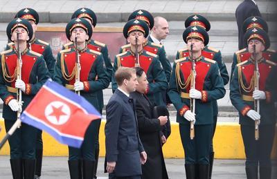 El líder de Corea del Norte, Kim Jong-un, llegó hoy a Vladivostok, donde fue recibido con honores militares en la víspera de su primera reunión con el presidente ruso, Vladímir Putin, que tendrá lugar en esta ciudad del Lejano Oriente ruso.
