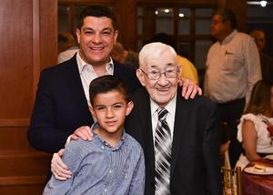 25042019 Víctor Campos acompañado de su hijo y su nieto.