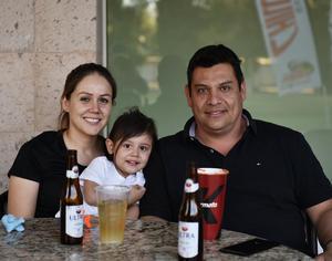 25042019 GRATOS MOMENTOS.  Ivette, Regina y Rogelio.
