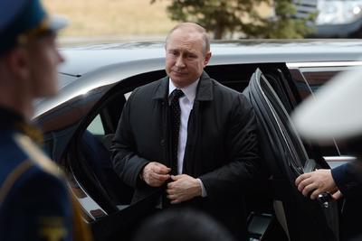 Putin llegó a la sede de la cumbre en helicóptero, ya que la ULFJ está en la isla Russki, a la que se puede acceder por carretera gracias a un gran puente atirantado. Su desplazamiento por tierra hubiera supuesto prácticamente paralizar la ciudad y desplegar un dispositivo de seguridad.