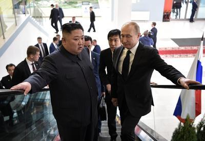 En el escenario de la cita entre Putin y Kim, la Universidad Federal del Lejano Oriente (UFLJ), el ambiente era bastante distendido y los dos líderes se mostraron relajados.