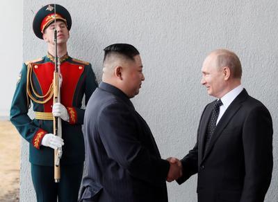 El primer apretón de manos de ambos líderes, visiblemente satisfechos, se produjo ante las cámaras sobre una alfombra roja que había sido recortada a golpe de tijera y a toda prisa minutos antes del histórico encuentro.