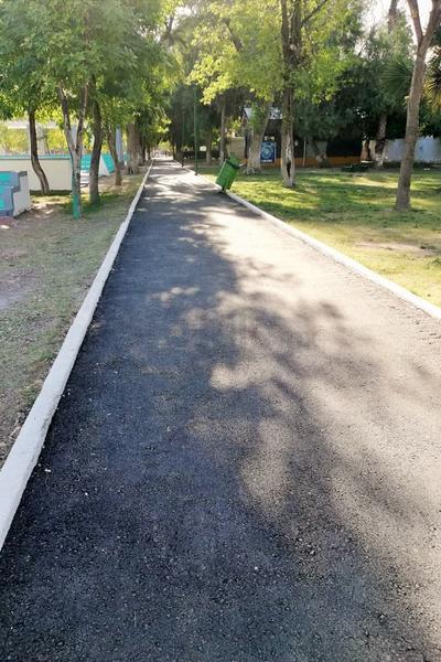 Uno de los pasillos que corre sobre las canchas de futbol y basquetbol fue pavimentado para comodidad de los deportistas; se mejoró la cordonería y la limpieza del lugar.