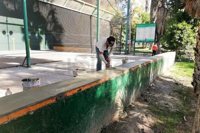 """Algunos trabajadores dan los últimos """"toques"""" a las mejoras que se realizan en el Bosque. Entre ellas las gradas frente a la cancha de frontenis."""