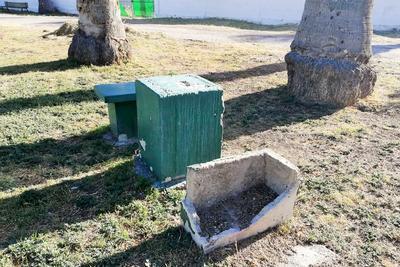 Algunas bancas y mesas que se usan para un día de campo ya lucen destruidas y requieren de restauración total; al menos de inmediato, señalamientos de que es un área riesgosa.