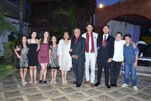 29042019 BODAS DE ORO.  Jaime Hernández Caballero y Alicia Carrasco de Hernández acompañados de sus nietos.