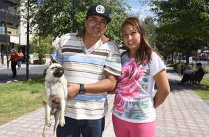 29042019 Luis Alberto e Irlanda con su mascota, 'Winy'.