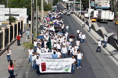 En el marco del Día del Trabajo, miembros de la Sección 12 del Sindicato Nacional del Seguro Social realizaron una marcha en forma pacífica.