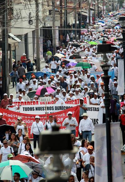 También los trabajadores sindicalizados del Seguro Social salieron desde su sede en la avenida Fanny Anitúa hasta la delegación del Instituto Mexicano del Seguro Social (IMSS).