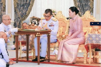 Ahora, el rey de Tailandia se ha casado por sorpresa con ella.