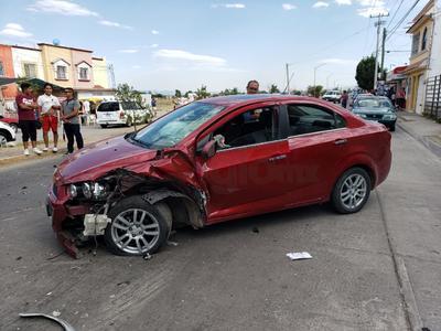 La colisión dejó a los automóviles girados en el sentido contrario al que se dirigían.