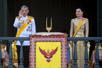 Los nuevos reyes de Tailandia se presentaron a sus súbditos.