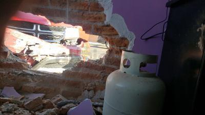Debido a la fuerte colisión, la camioneta Journey se impactó contra una vivienda.