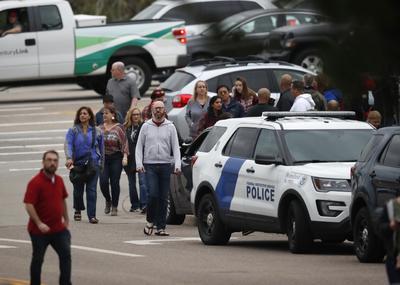 Los hechos ocurrieron en la escuela STEM, en el área conocida como Highlands Ranch, según dijo en una rueda de prensa en las inmediaciones del centro escolar Holly Nicholson Kluth, subalguacil del Condado Douglas.