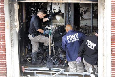 Los bomberos tardaron más de una hora en lograr controlar por completo el incendio.