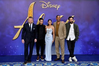 El director británico Guy Ritchie posa con los actores y miembros del elenco Mena Massoud, Naomi Scott, Will Smith y Marwan Kenzari.