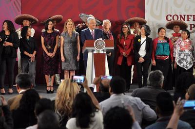 Les regaló un momento de su mensaje desde Palacio Nacional.