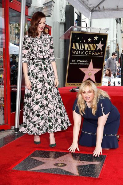 Anne Hathaway estuvo acompañada de la actriz,  Rebel Wilson, con quien protagonizará la nueva cinta Timadoras Compulsivas.