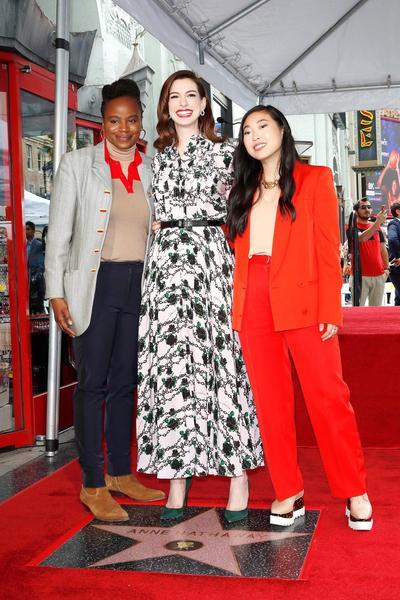 Anne Hathaway posa con la director Dee Rees  y  Awkwafina.