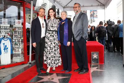 Anne Hathaway junto a su esposo y sus padres.