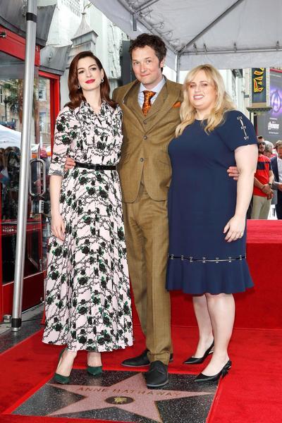 Anne Hathaway, el director Chris Addison y  Rebel Wilson.