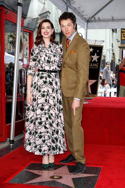 Anne Hathaway y el director Chris Addison.