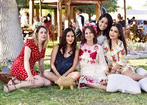 Sandra con algunas de sus amigas