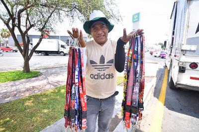 La venta de artículos de novedad es recurrente en diferentes vialidades; este es el caso de Obed, que vende en su mayoría porta gafetes.