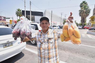 Dependiendo de la temporada, la fruta es otro de los negocios usuales en las vialidades; en la actualidad los mangos son los que más fácilmente se encuentran, pero también pueden ser melones, sandías o ciruelas pasas.