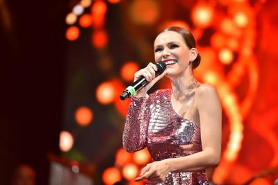 'Gracias por esta invitación, estoy feliz y agradecida de estar aquí', dijo la cantante para luego retirarse y cederle el micrófono a Aleks Syntek.