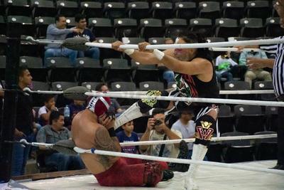 El Dr. Wagner Jr se presentó en Durango con el luto que embargó a la lucha libre por el fallecimiento de Silver King.