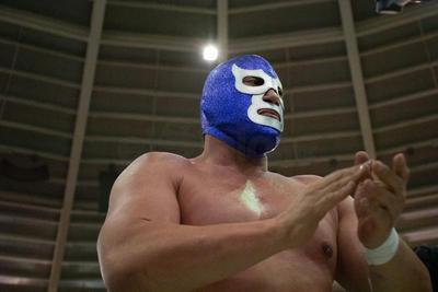 Ni el ring soportó las emociones de la lucha estrella.