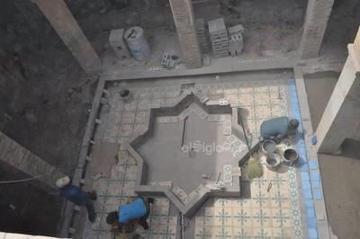 En la entrada, la casa cuenta con una gran fuente que tiene la forma de una estrella de seis puntas, clásica de la arquitectura musulmana.