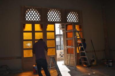 La restauración está a cargo del área de Servicios Administrativos del Ayuntamiento de Torreón, que mandó hacer réplicas de las puertas y ventanas originales, en base a fotografías históricas, además de que se respetaron los colores originales, que proyectan bellos tonos en la sala principal.