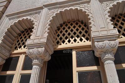 Los arcos polilobulados son considerados como el clásico arco musulmán, así como utilizar el tabique o ladrillo, además de las estrellas representativas del islam, todo ello se integró en esta casa.
