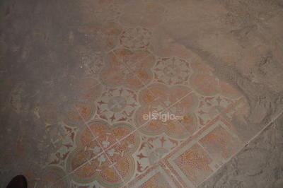 Tras la limpieza en las distintas habitaciones, se ha logrado rescatar el diseño en los pisos de mosaico antiguo y los murales en algunas paredes, con motivos orgánicos y florales propios de la época.
