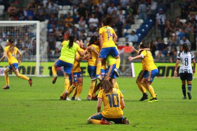 Las de la UANL mejoraron rápidamente y ello les rindió frutos a los ocho minutos, cuando Lizbeth Ovalle recibió pase por izquierda, desde donde centró y Solís remató de cabeza para poner el 1-0.