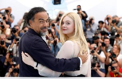 Alejandro González Iñárritu y la actriz estadounidense Elle Fanning.