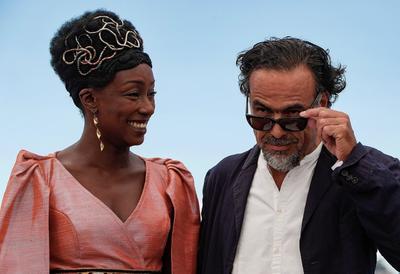 Iñárritu junto a la actriz Maimouna N'Diaye.