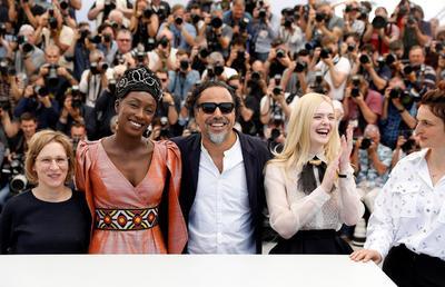 El presidente del jurado, el director de cine mexicano Alejandro González Iñárritu , posa junto a la gionista Kelly Reichardt, las actricez Maimouna N'Diaye y Elle Fanning y la directora Alice Rohrwacher.