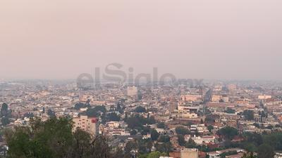 Panorámica de la capital del estado donde se observa el humo que cubre la ciudad.