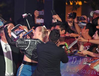 Ambas mostraron gran humildad e interés por sus admiradores al pasar más de una hora concediendo autógrafos y fotografías a lo largo de un reducido escenario en un centro comercial de la Ciudad de México.
