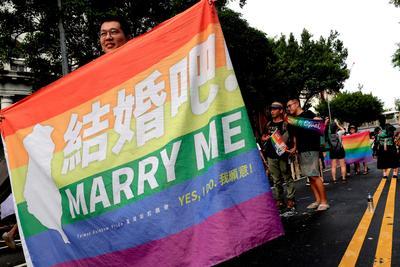 Muchos llevaban carteles con la bandera arco iris que identifica a la comunidad LGBT.