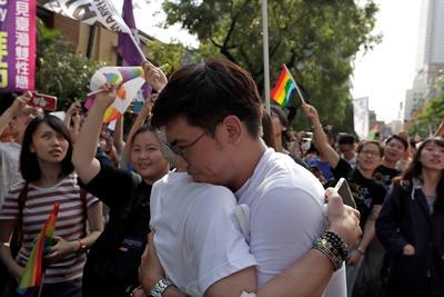 Permite y establece las condiciones de los matrimonios entre homosexuales.