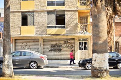 """Son pocas las personas que utilizan esta vialidad para comunicarse con el """"Torreón viejo"""", pues la zona de interés se encuentra sobre la calzada Colón, dejando en el olvido esta parte de la Morelos. (ERNESTO RAMÍREZ)"""