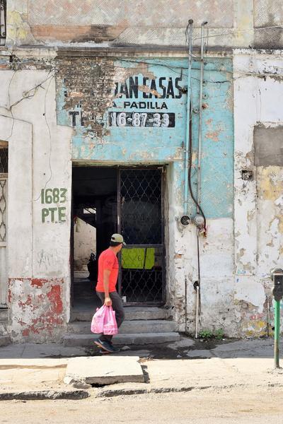 Muchos de los edificios y casas que se ubican sobre esta parte de la Morelos cuentan con grietas o fachadas en mal estado, dando huella al olvido. (ERNESTO RAMÍREZ)