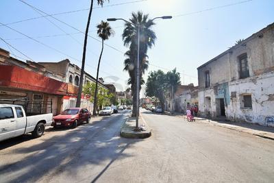Esta zona de la avenida Morelos no es semipeatonal y a pesar de que los carros pueden transitar hacia ambas direcciones el panorama no es alentador. (ERNESTO RAMÍREZ)