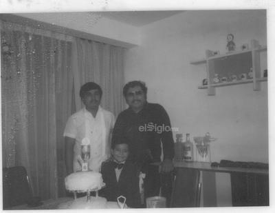 José Alfredo Soto Puentes el día de su Primera Comunión. Su padrino, Héctor Soto Reyes (f), y su papá, Feliciano Soto R.