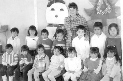 Maestra Alma Delia Flores Rodríguez cumplió 30 años de servicio este 15 de mayo. En la foto, aparece con sus alumnos del Jardín de Niños Miguel Cervantes de Saavedra de la Sección Enríquez del municipio de Nuevo Casas Grandes, Chihuahua.